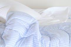 Onbeheerd bed. Stock Afbeeldingen