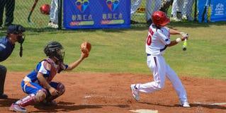 Onbekend beslag ongeveer om de bal in een honkbalspel te missen Stock Afbeelding