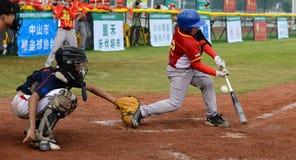 Onbekend beslag ongeveer om de bal in een honkbalspel te missen Royalty-vrije Stock Foto's