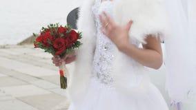 Onbekende bruid in de kleding van het luxehuwelijk stock footage