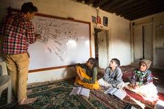 Onbekende kinderen in les op Jagadguru-School royalty-vrije stock foto