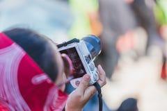 Onbekende Mensen die Foto's met Camera nemen royalty-vrije stock fotografie