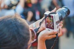 Onbekende Mensen die Foto's met Camera nemen stock foto
