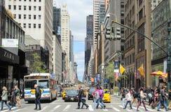 Onbekende mensen die over de weg op zebrapad liepen om de straat in de Stad van New York, de V.S. te kruisen Royalty-vrije Stock Afbeeldingen