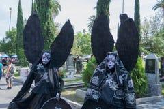Onbekende mensen met zwart engelenkostuum Royalty-vrije Stock Afbeeldingen