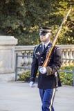 Onbekende Militairwacht Walking royalty-vrije stock fotografie