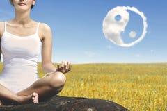 Onbekende vrouw die een meditatie doen Royalty-vrije Stock Afbeeldingen
