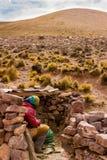 Onbekende vrouw die van de koude in Jujuy, Argentinië beschutten stock afbeelding