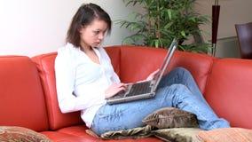 Onbekommerde vrouw die laptop met behulp van stock videobeelden