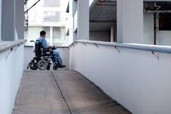 Onbekwaamheids Oude Mens op een Elektrische Rolstoel in het Ziekenhuis royalty-vrije stock afbeelding