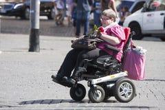 Onbekwaamheidsvrouw met weinig auto (rolstoel) Stock Afbeeldingen