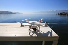 Onbemand luchtvoertuig die op het Erhai-meer van yunnan landen Stock Afbeeldingen