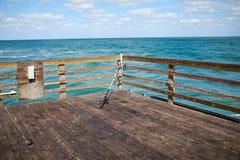 Onbemande hengel op een houten dok of een pijler stock foto's