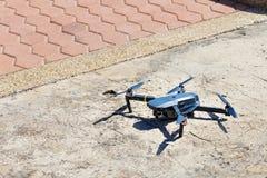 Onbemande lucht vehical met videocamera hangt in de lucht Thi Royalty-vrije Stock Afbeeldingen