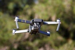 Onbemande lucht vehical met videocamera hangt in de lucht Thi Stock Foto's