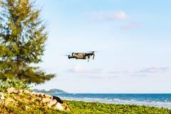 Onbemande lucht vehical met videocamera hangt in de lucht Thi Stock Afbeeldingen
