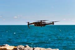 Onbemande lucht vehical met videocamera hangt in de lucht Thi Royalty-vrije Stock Foto's