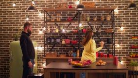 Onbezorgd blij paar die in moderne keuken dansen stock video