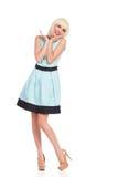 Onbezorgd blondemeisje in pastelkleur blauwe kleding Stock Fotografie