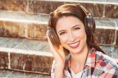Onbezorgd concept met mooie vrouw het glimlachen en het luisteren musi royalty-vrije stock foto