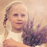 Onbezorgd jong meisje met bloemen Royalty-vrije Stock Afbeeldingen