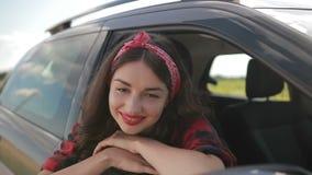 Onbezorgd meisje die de zomer roadtrip van vakantie genieten stock videobeelden