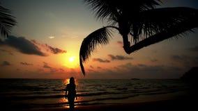 Onbezorgd meisje die met gelooide huid en lang haar de zomer van vakantie op tropisch strand op achtergrondoverzees en mooie zons stock footage
