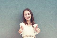 Onbezorgd meisje met aardig krullend kapsel royalty-vrije stock afbeeldingen