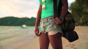 Onbezorgd sexy meisje die met gelooide huid van zonsondergang over tropisch strand op aardachtergrond genieten stock videobeelden
