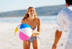 Onbezorgde beachballpret Stock Afbeeldingen
