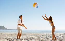 Onbezorgde beachballpret Stock Afbeelding