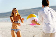 Onbezorgde beachballpret Stock Foto's