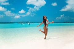 Onbezorgde bikinivrouw op tropisch strand Vrij slank meisje die met coctail op exotisch eiland in turkooise oceaan genieten van B royalty-vrije stock foto's