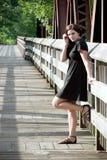 Onbezorgde Donkerbruine alleen Vrouw Stock Fotografie