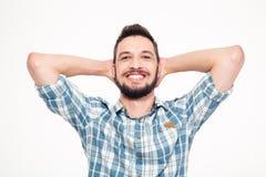 Onbezorgde gelukkige jonge gebaarde mens met handen achter hoofd Royalty-vrije Stock Afbeeldingen