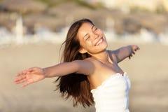 Onbezorgde gelukkige strandvrouw Stock Afbeeldingen