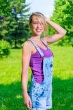 Onbezorgde jonge blonde vrouw Stock Foto