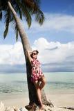 Onbezorgde jonge vrouw op eilandvakantie Stock Foto's