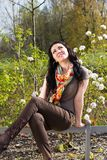 Onbezorgde jonge vrouw in park Stock Afbeeldingen