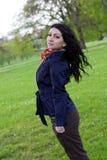 Onbezorgde jonge vrouw in park Royalty-vrije Stock Fotografie