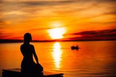 Onbezorgde kalme vrouw die in aard mediteren Het vinden van binnenvrede De praktijk van de yoga Geestelijke helende levensstijl H stock afbeelding