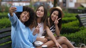 Onbezorgde ontspannen meisjes die selfie op cellphone nemen stock videobeelden