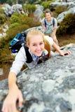 Onbezorgde openlucht beklimmende vrouw Stock Afbeelding