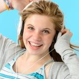 Onbezorgde tiener die aan muziek dansen Stock Afbeelding