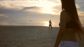 Onbezorgde Vrienden die Vliegende Frisbee-Schijf op het Strand spelen tijdens Zonsondergang Koh Phangan, Thailand stock videobeelden