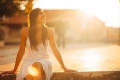 Onbezorgde vrouw die in aard, mooie rode zonsondergangzonneschijn genieten van Het vinden van binnenvrede Geestelijke helende lev stock foto