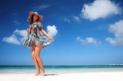Onbezorgde vrouw die op het tropische strand dansen Vakantievitaliteit stock afbeelding