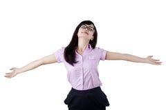 Onbezorgde vrouw die van vrijheid genieten Stock Fotografie
