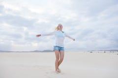 Onbezorgde vrouw die van vrijheid op strand genieten Royalty-vrije Stock Fotografie