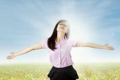 Onbezorgde vrouw die van vrijheid in openlucht genieten Stock Fotografie